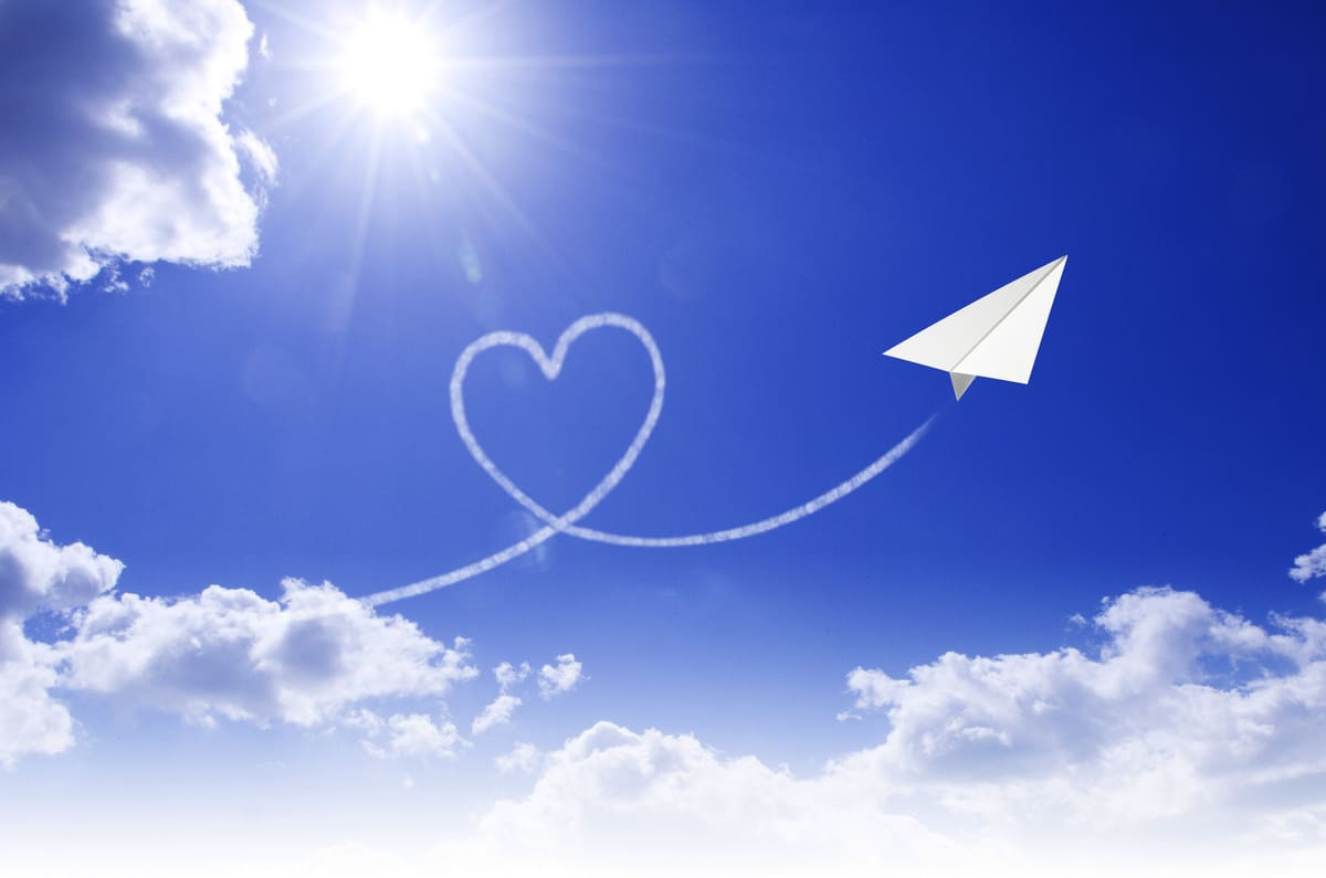 心臓のモチーフ、青空の背景