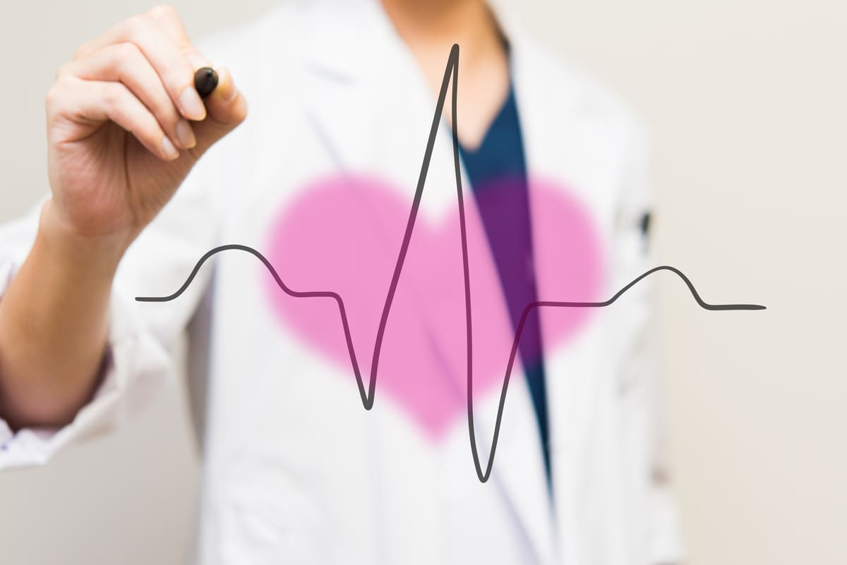 心電図波形を描く医師