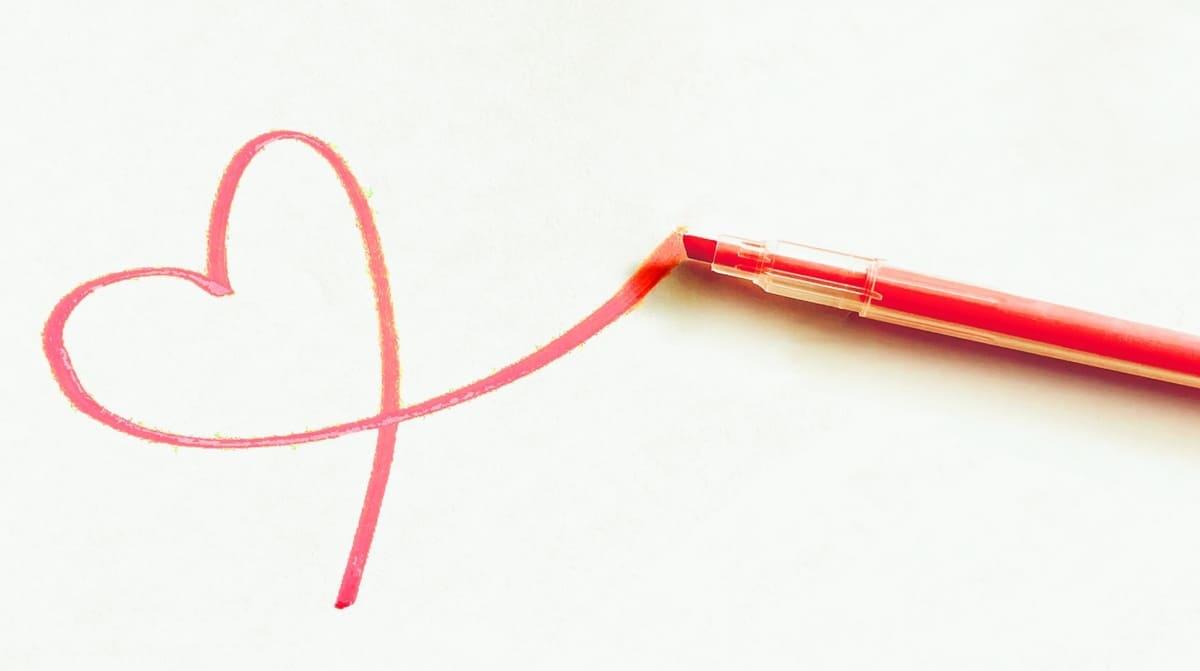 蛍光ペンで描かれた心臓のモチーフ
