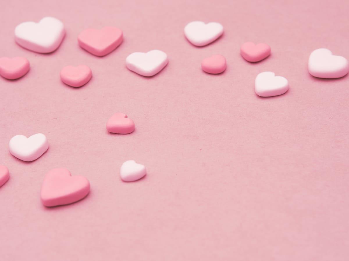 ピンク色の心臓のモチーフが多数