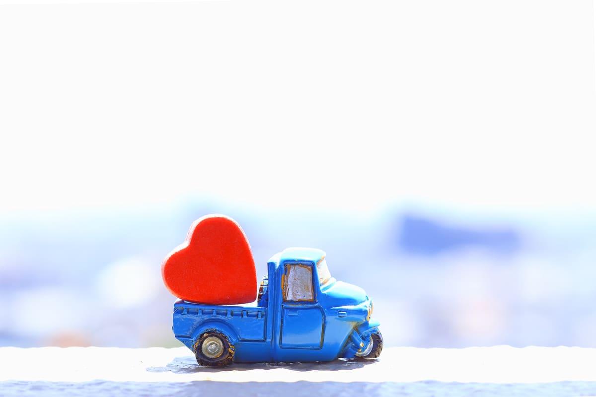 心臓のオブジェを運ぶ